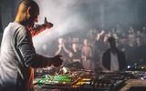 Como sincronizar una caja de ritmos o sintetizador a una cabina DJ